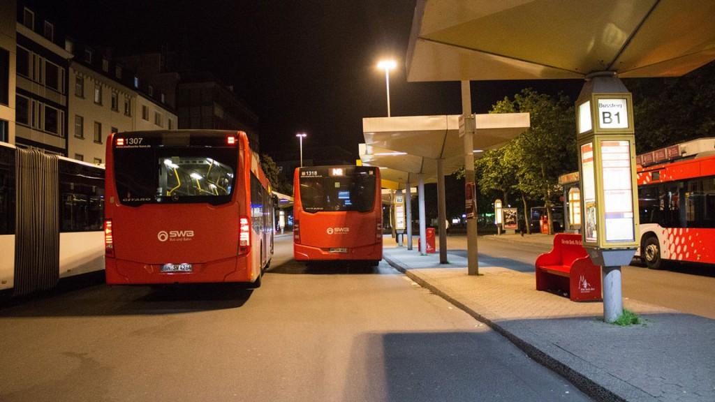 bonnkey-busbahnhof-bei-nacht